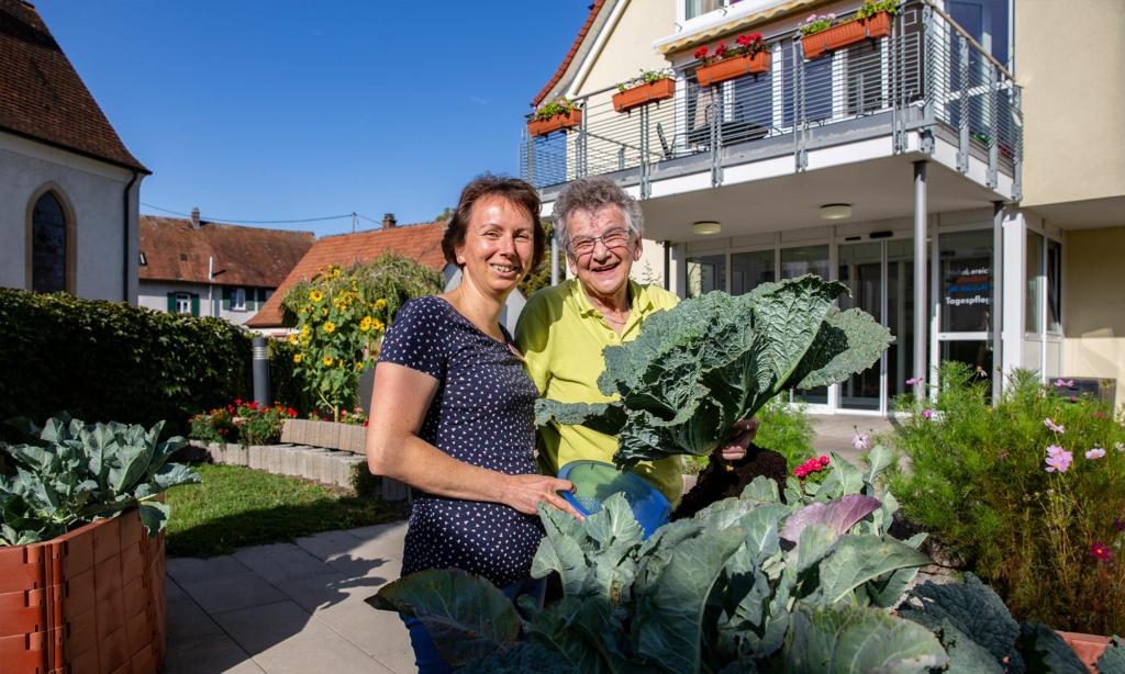 Frau und ältere Dame im Garten